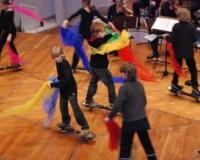 Singen, spielen, tanzen, lautmalen und noch viel mehr bei der Funny-Family-Mitmach-Sinfonie!